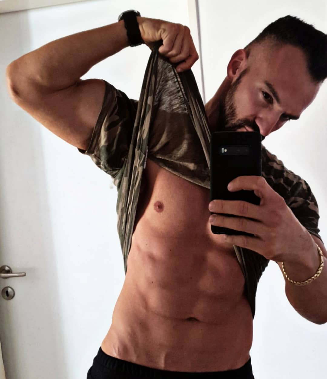 Kleiner Schnappschuss. Kein anaboles Licht, Diät etwas entspannter und kein Pump… ok außer in der Bosshose, da ist 24/7 Pump 😉😈 . #pump #pumped #boss #muscles #abs #sixpack #shredded #diet #getfit #fitnessmotivation #fitfam #fitfamgermany #fitlife #fitnessmotivation #fitnessaddicted #getstrong #mcfit #mcfitberlin #johnreed #fitness #transformationtuesday #goals #rambo #berlin #spandau