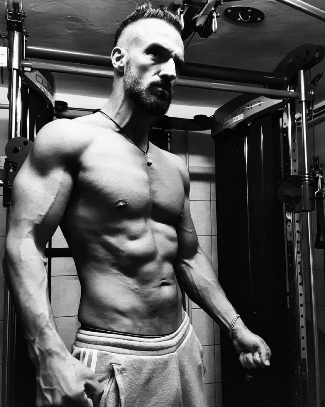 Die wirklich harten Kämpfe, führen wir nicht draußen mit den Muskeln, auf der Arbeit, beim Sport etc… diese Kämpfe führen wir tief in uns selbst und sie machen jeden Tag erneut zu einem nie enden wollenden Kampf über unzählige Runden … solange, bis wir endlich herausfinden, dass wir mit uns selbst Frieden schließen müssen, um zu gewinnen….#quote #german #deutsch #fitness #body #blackandwhite #mrgrey #abs #sixpack #fitfam #fitfamgermany #mcfit #mcfitberlin #crunchfit #johnreed #superfit #fitnessfirst #strong #decisions #berlin #berliner #fitguy #instagood #instalike #picoftheday #selfie #me #followme