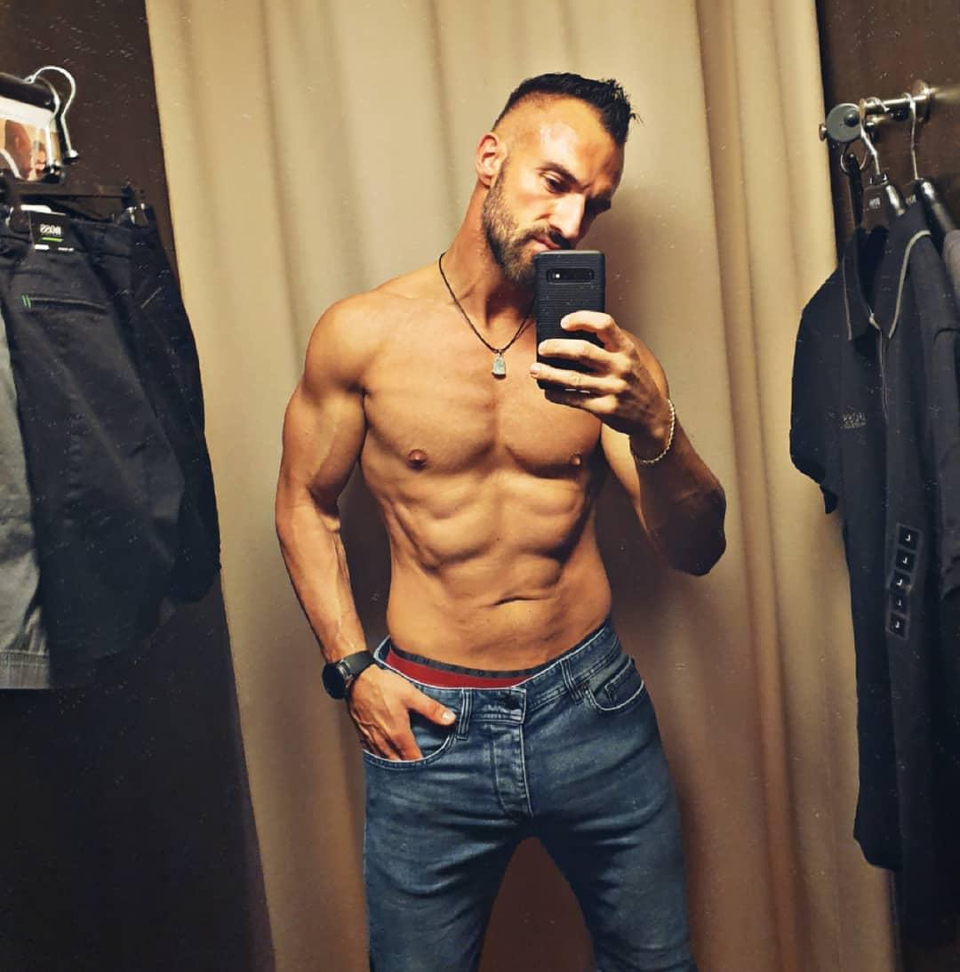 Heute fühle ich mich irgendwie total müde und leer… ich Blödmann habe gestern nämlich vergessen Abends ordentlich zu essen, dazu kommt noch ein heftiger Muskelkater vom Sport und an die fast 30 Grad draußen muss man sich auch erstmal gewöhnen… also habe ich die Zeit sinnvoll genutzt und war kurze Hosen kaufen. Wünsche euch ein schönes Wochenende ✌🏻🌞 . #summer #boss #umkleide #shopping #hot #naked #nude #muscles #shorts #shopping #nopump #natural #body #berlin #designeroutlet #abs #sixpack